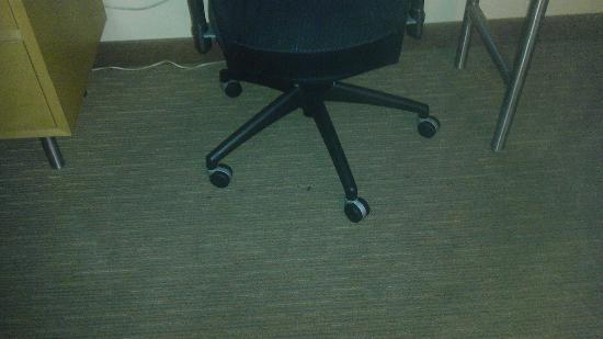 La Quinta Inn & Suites Orange County Airport: Floor near desk