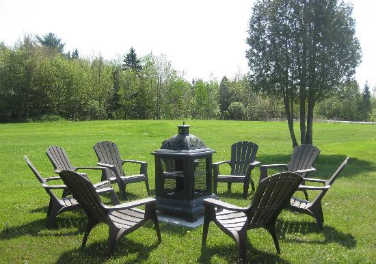 Motel De La Pente Douce : outdoor fireplace