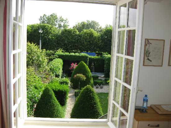 La Petite Folie: View of the garden from the living/kitchen area