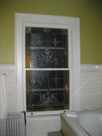 Elmwood Village Inn: Honu House: Stained glass in bathroom