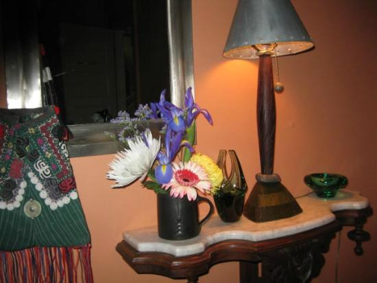Elmwood Village Inn: Honu House: I brought the flowers to the room, but the rest of the pic gives an idea of the decor