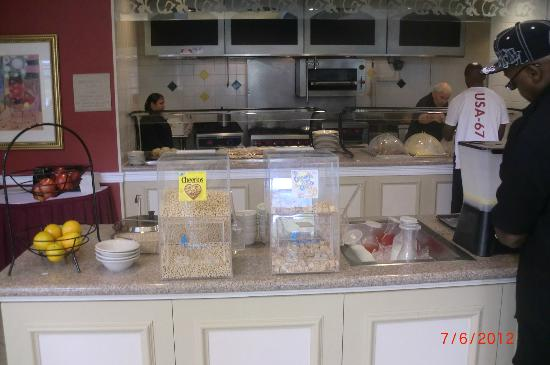 Hilton Garden Inn New Orleans Airport: breakfast buffet