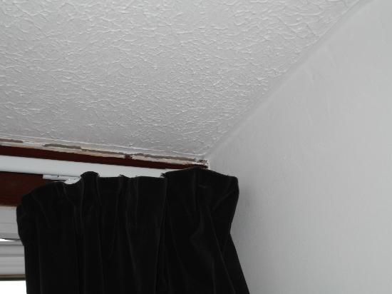 Argyll Hotel: ceiling cracks
