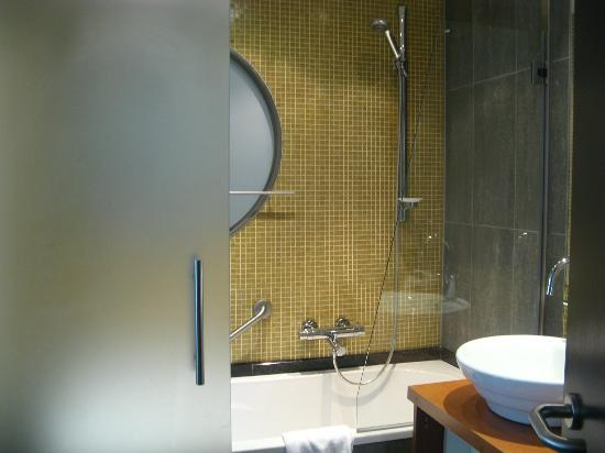 Hotel Van Eyck: bathroom
