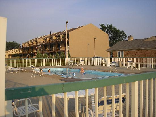 Travelodge Port Clinton OH: Relaxing pool w/ lake view!