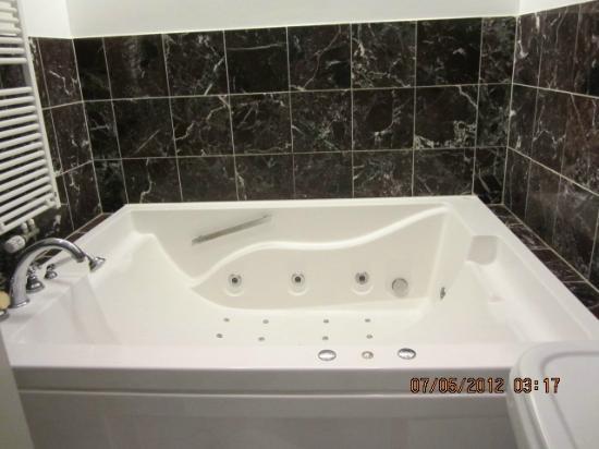 Hotel Schimmelpenninck Huys: Bathroom with jacuzzi