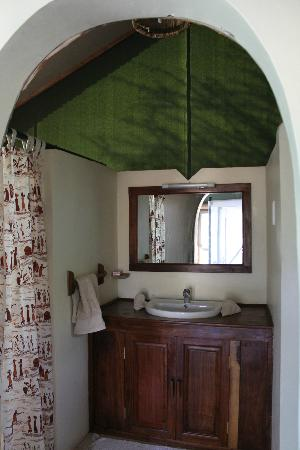 Kirurumu Tarangire Lodge: toilet to the left, shower to the right, main sink area