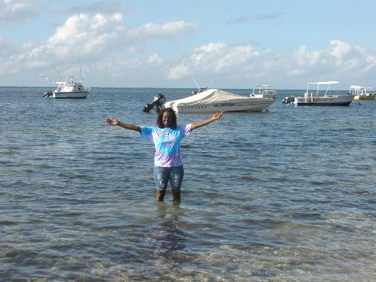 Kenya Bay Beach Hotel: standing n ocean