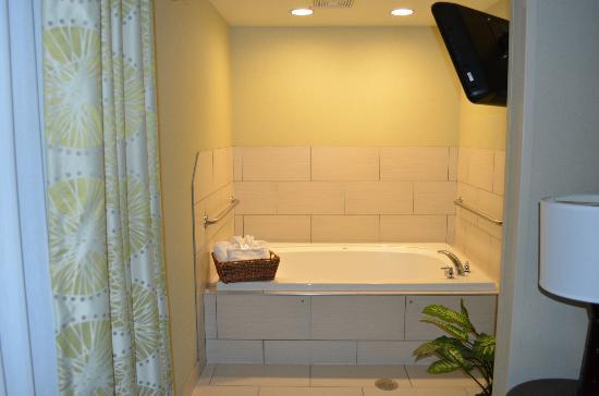 Hampton Inn & Suites Manteca: In room jacuzzi