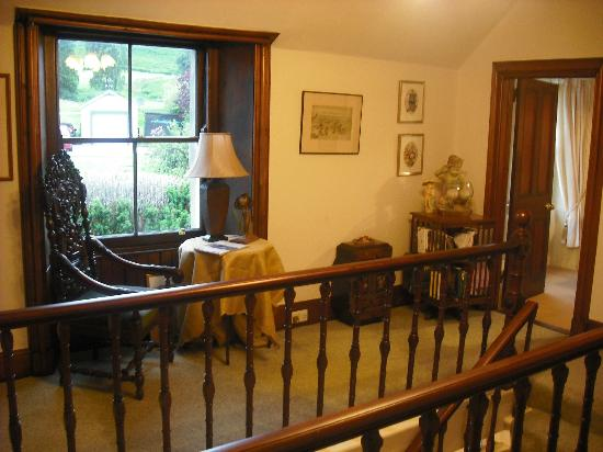 Dundarave Guest House: Top of the stairs