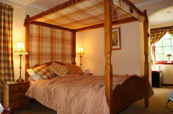 The Old Inn: Four poster....
