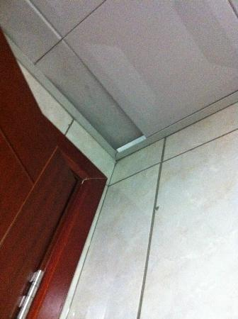 Hotel Amjad Ajyad: Ceiling tiles about to fall off in bathroom