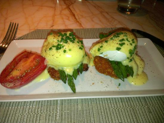 Society Cafe: Eggs Benedicts over Crab cakes