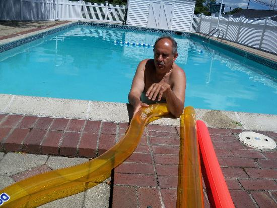 Coachman Inn: hubby in the pool