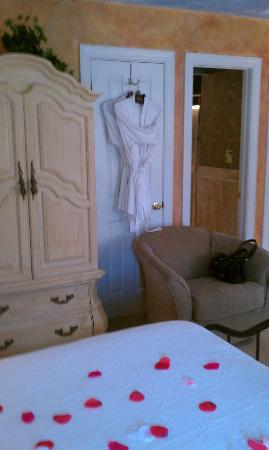 Country Villa B&B Inn & Day Spa: armoire