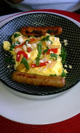 Country Villa B&B Inn & Day Spa: Feta scramble with chicken sausage links
