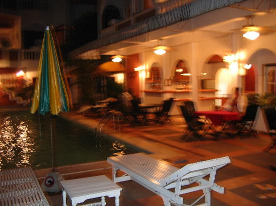 Chitchareune Mouang Luang Hotel: pool bar/cafe
