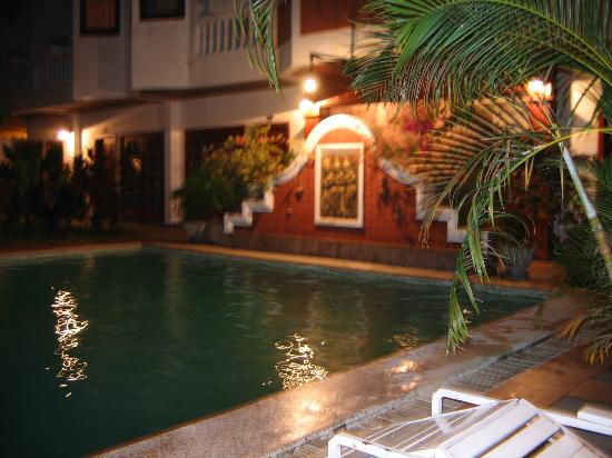 Chitchareune Mouang Luang Hotel: pool at night