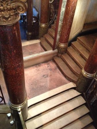Delaville Cafe: l escalier principal