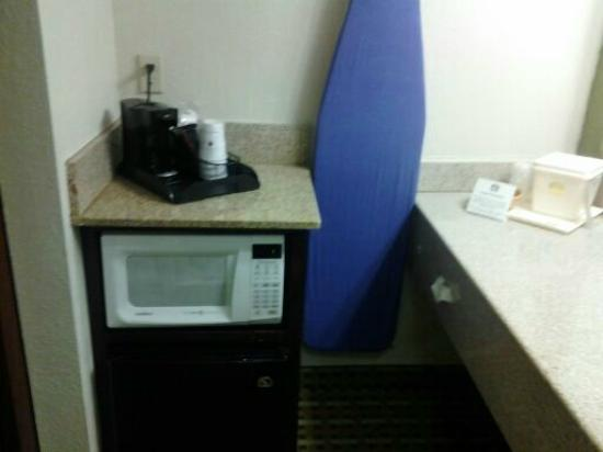 Best Western Chaffin Inn : Mini fridge & Microwave