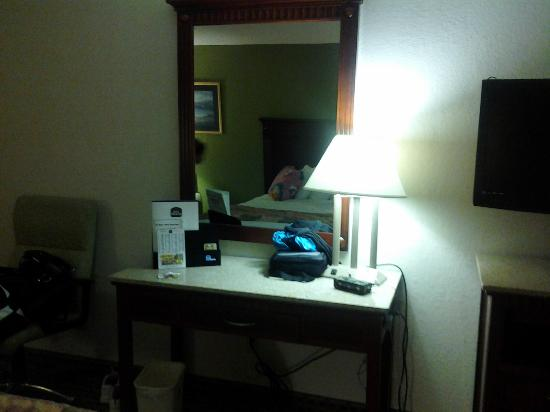 Best Western Chaffin Inn : Small dresser with mirror