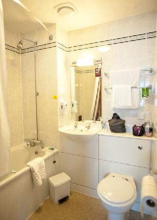 Premier Inn Warrington North East Hotel: bathroom