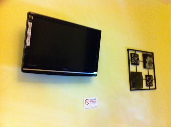 Hostal Gran Via 63 Rooms: Pantalla plana con tv por cable