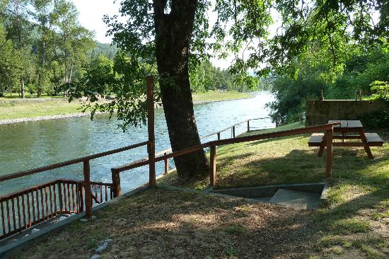 Bella Rosa Inn: Private park and dock area, Rogue River