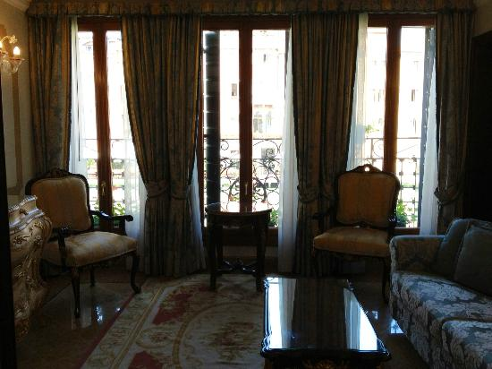 Hotel Canal Grande: Spacious living room of Suite Canaletto