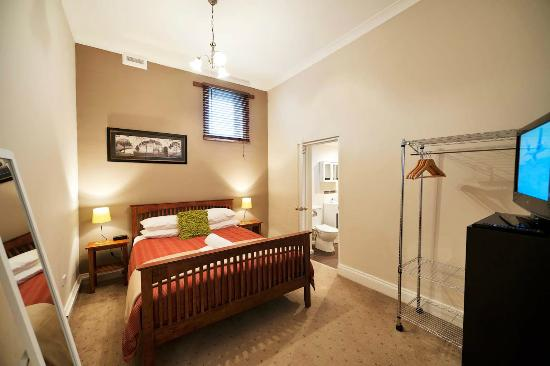 Burnie City Apartments : Apartments 1 - Master bedroom with ensuite