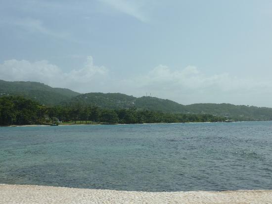 Round Hill Hotel & Villas: beach view
