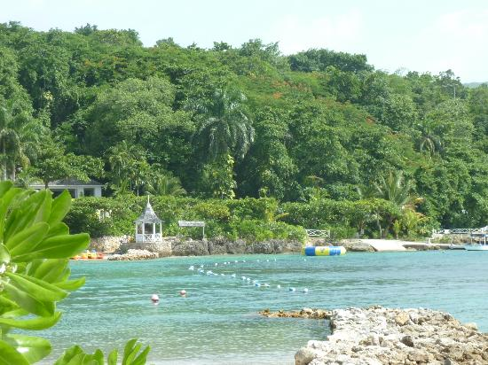 Round Hill Hotel & Villas: view from the beach