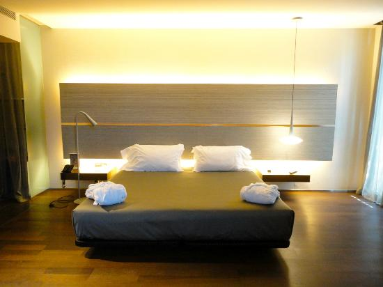 king bed w lit up backboard picture of b hotel barcelona tripadvisor. Black Bedroom Furniture Sets. Home Design Ideas