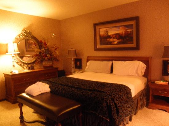 Grand Gateway Hotel: Bed in Presidential Suite
