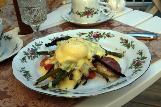 Inn Victoria: Delicious Eggs Benedict with asparagus and croissant