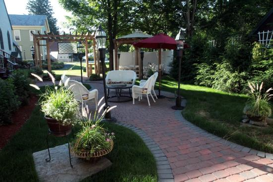 Inn Victoria: New Backyard Area