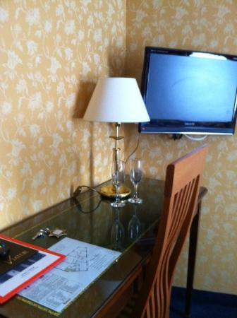 Hotel Viator - Paris Gare de Lyon: Desk and TV