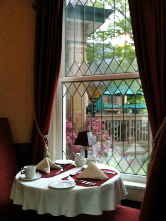 Dundee Arms Inn: enjoying the interior view while having breakfast in the dining room