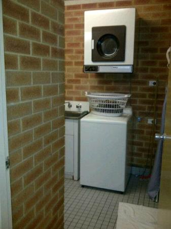 City Stay Apartment Hotel: Washing machine and a dryer.