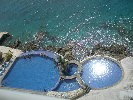 El Cantil Condo Resort: The pool
