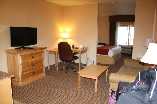 Holiday Inn Express Hotel & Suites Kalispell : seperate living space