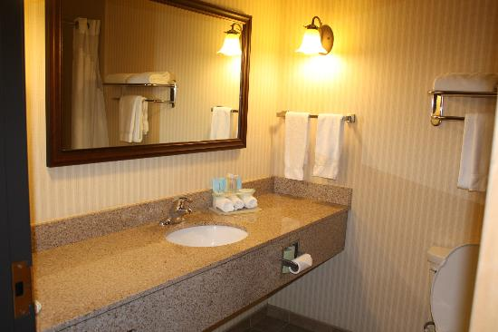 Holiday Inn Express Hotel & Suites Kalispell : Granite counter top in bathroom