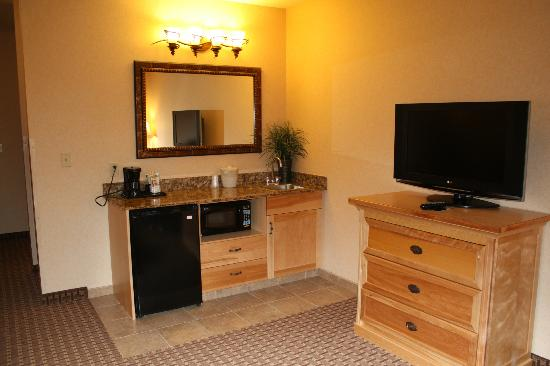 Holiday Inn Express Hotel & Suites Kalispell : Flat screen TV in living space