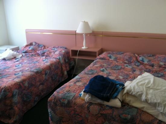 Ocean Breeze Hotel: our beds looked like they weren't even made or changed properly