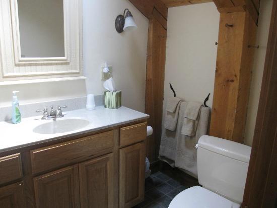 Maria Atwood Inn: Bathroom in White Mtn. Room