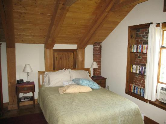 Maria Atwood Inn: Queen bed in White Mtn. Room