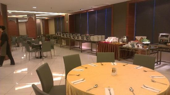 11@Century Hotel: breakfast area