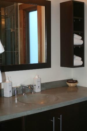 Fireside Resort: Bathroom of small cabin