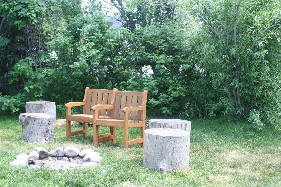 Fireside Resort: Fire pit area