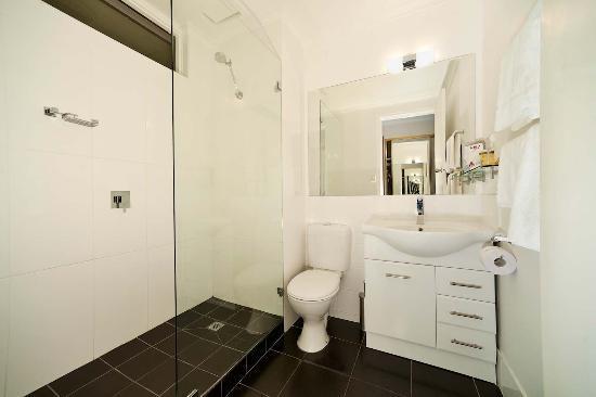 Beachfront Voyager Motor Inn: Exec & Sea View Suite Bathroom